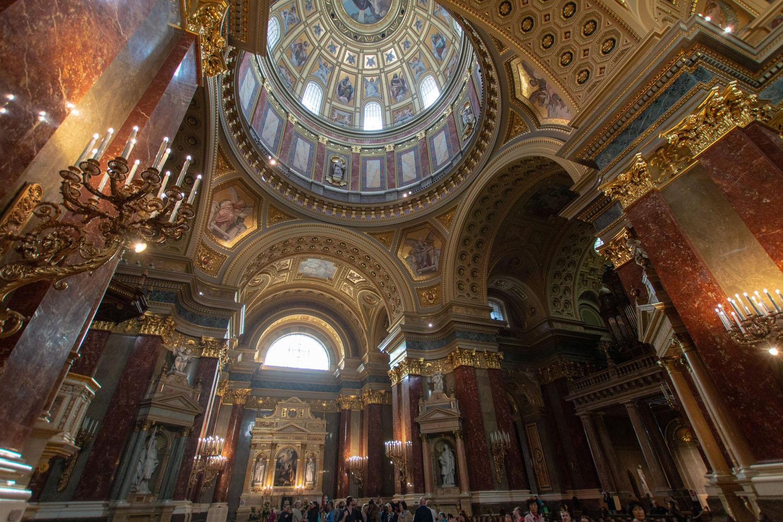Kirchenschiff mit Kuppel