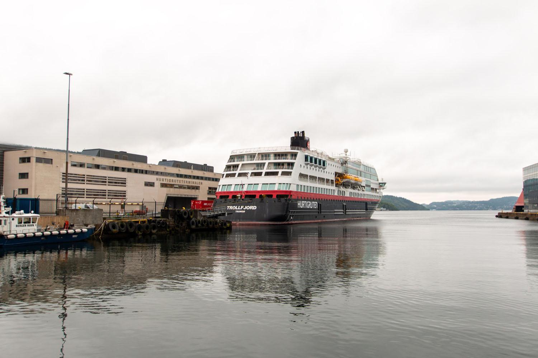 "Hurtigrutenterminal mit unserem Schiff ""Trollfjord"""