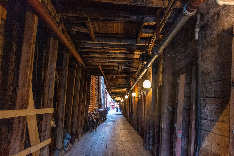 ...zwischen den Holzhäusern