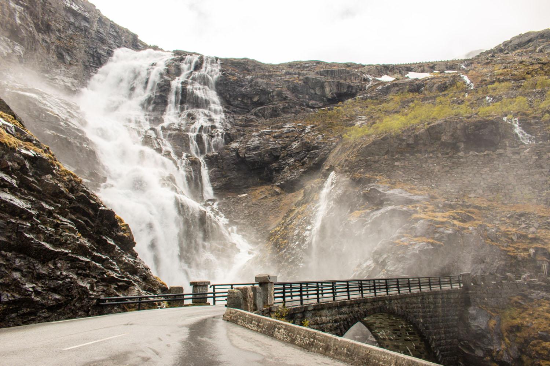 Brücke über den Stigfossen-Wasserfall
