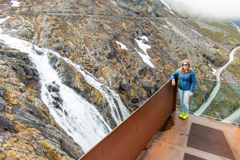 Aussichtsplattform mit Blick auf den Stigfossen-Wasserfall...