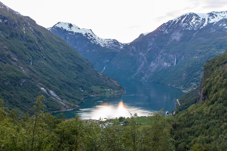 Blick vom Garten auf den Geirangerfjord