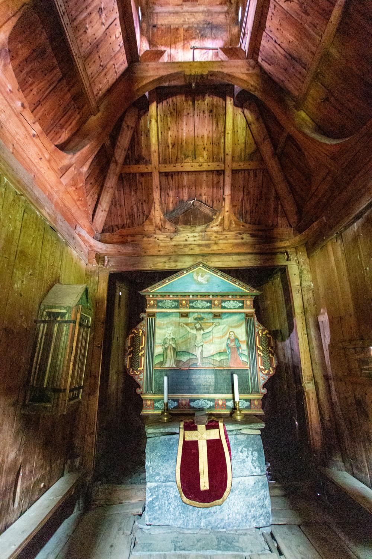 Altarraum im Inneren der Kirche