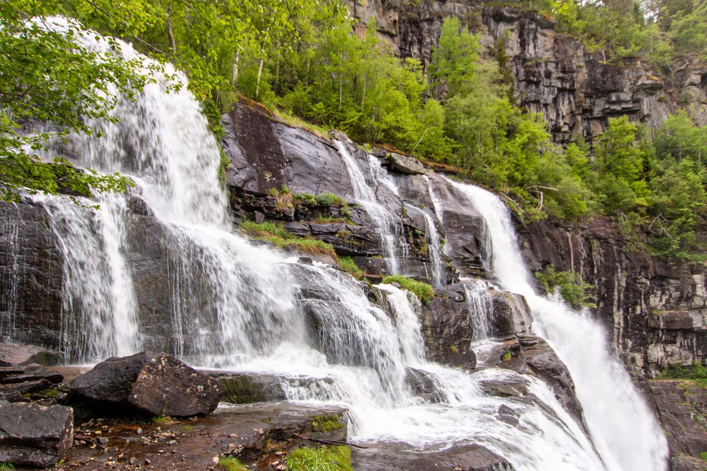 Am Weg entlang des Wasserfalls