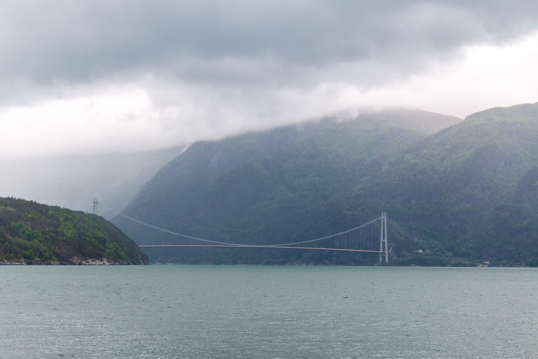 Hardangerbrücke über dem Hardangerfjord