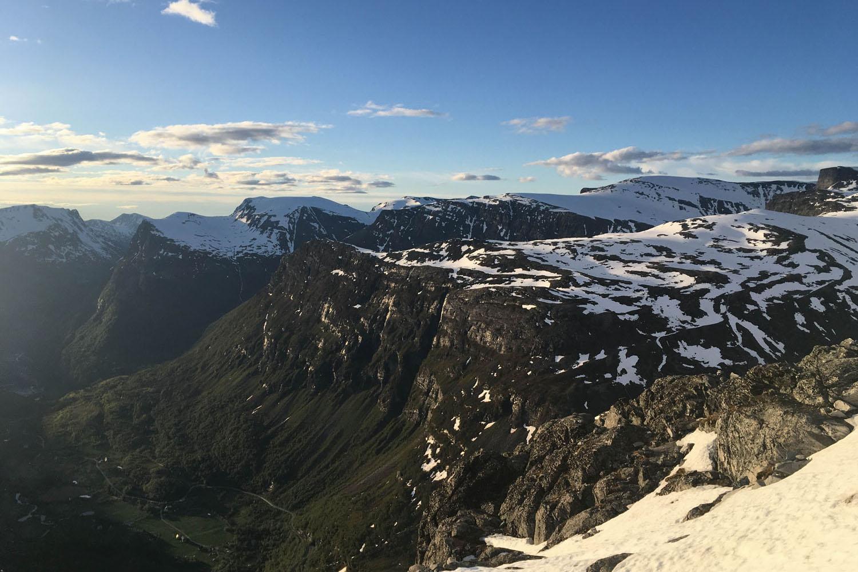 Aussicht auf das Gebirge am Geirangerfjord