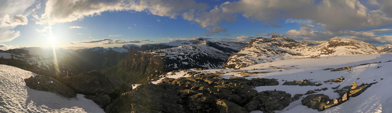 Aussicht auf das Gebirge rund um Geiranger