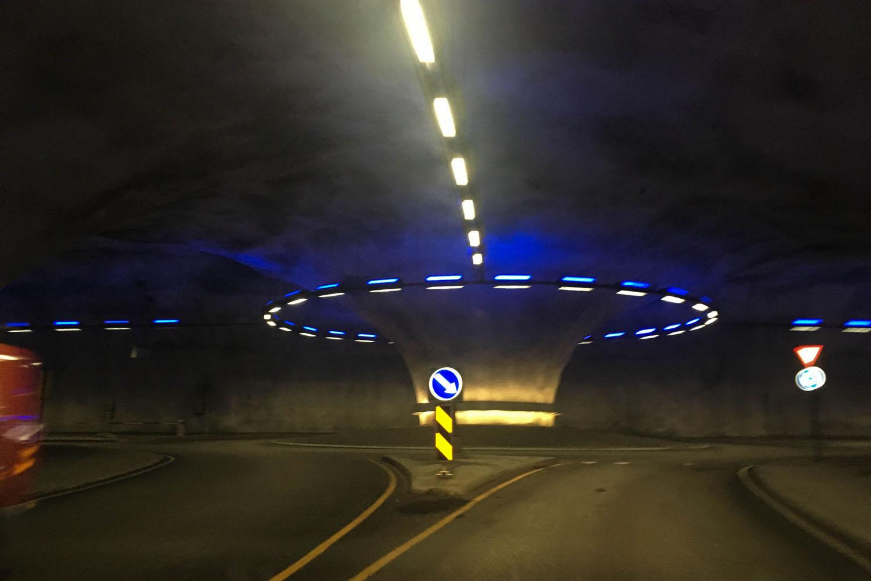 Ein Kreisverkehr im Tunnel auf dem Weg zur Brücke