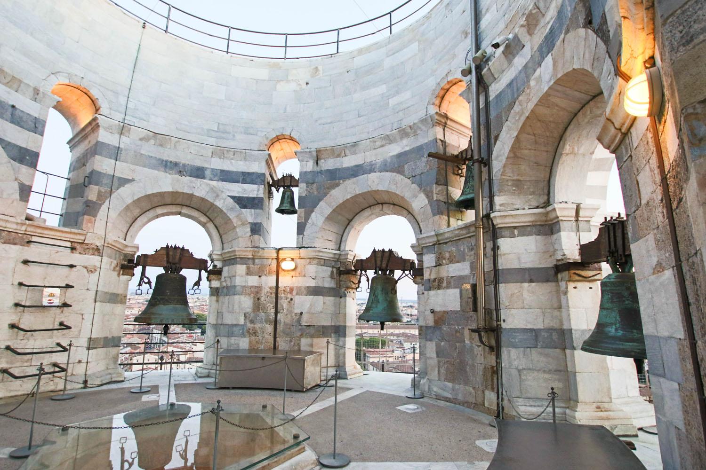 Glocken auf dem Schiefen Turm