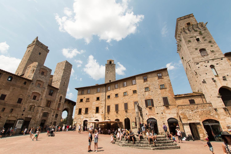 Zisterne und  Torre del Diavolo auf der Piazza della Cisterna