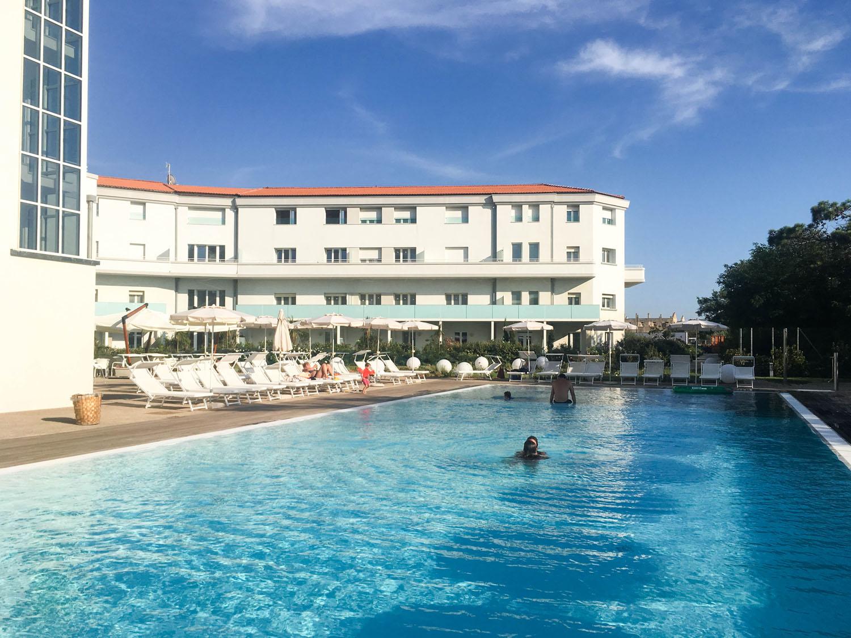 Poolbereich vor dem Hotel