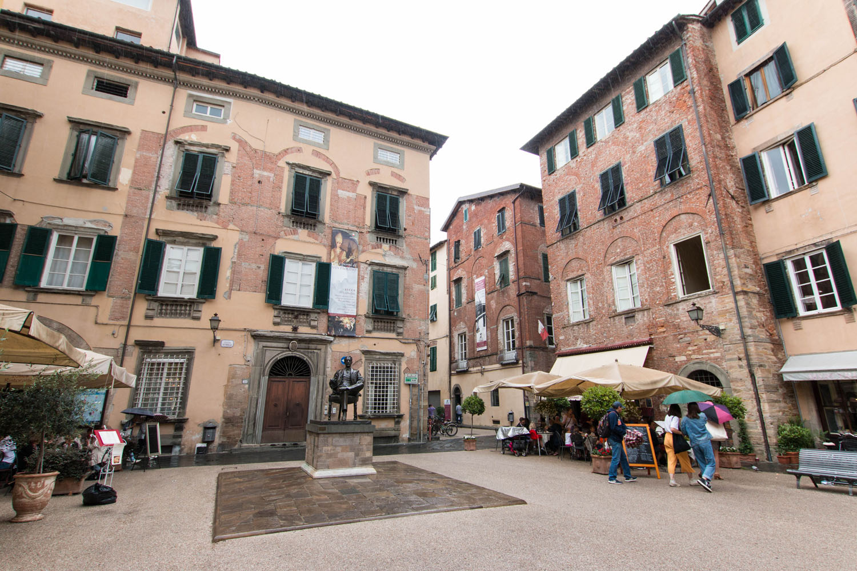 Piazza Cittadell mit dem Puccini-Denkmal