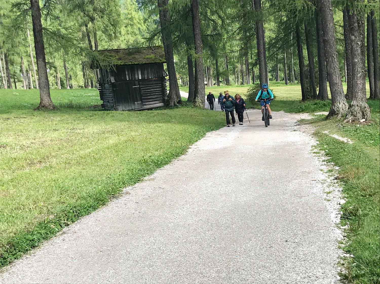 Am Weg trifft man auch Wanderer