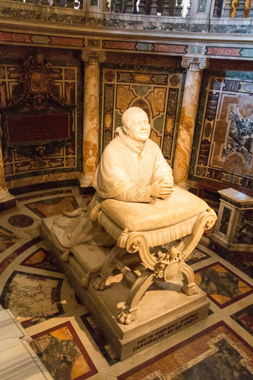 Statue von Pius IX. in der Confessio