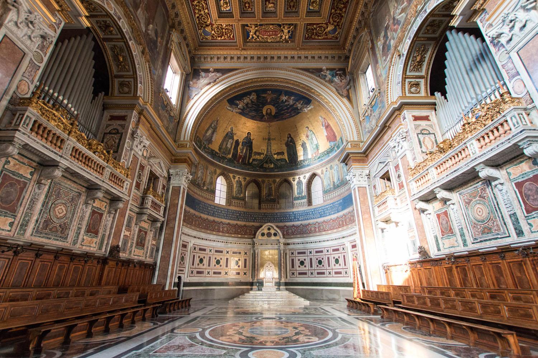 Apsis mit der Kathedra des Papstes als Bischof von Rom