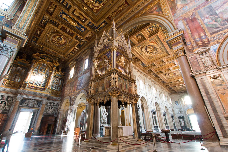 Papstaltar mit Ziborium