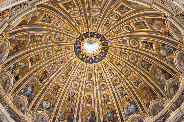 Blick hinauf in Michelangelos Kuppel