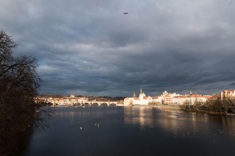 Blick von der Jirásek-Brücke auf die Karlsbrücke