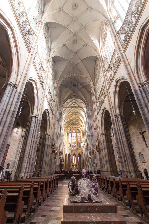 Blick vom Eingang in den Kircheninnenraum