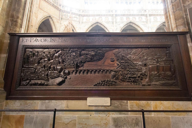 Abbildung der Stadt Prag auf einem Holzrelief