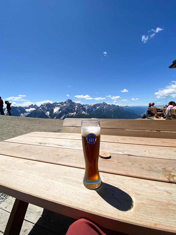 Abkühlung bei einem Getränk auf der Sillianer Hütte