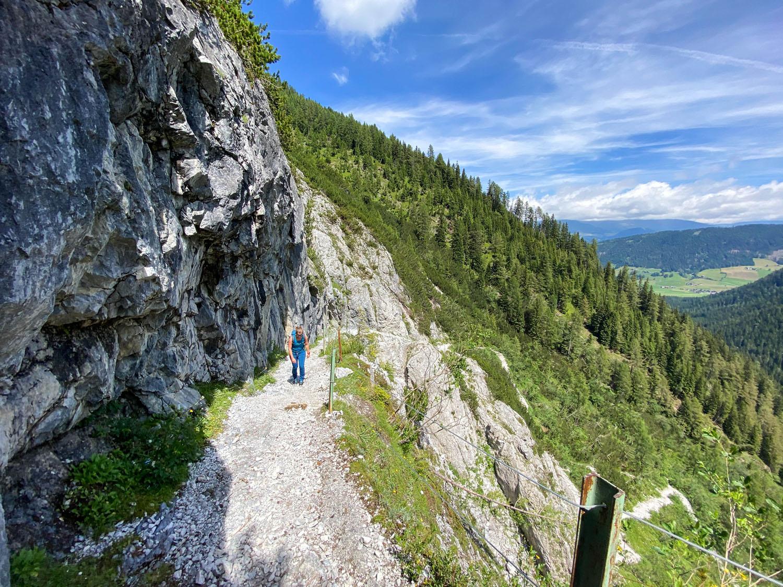 Der Steig führt an der Felswand entlang... Obstansersee Hütte