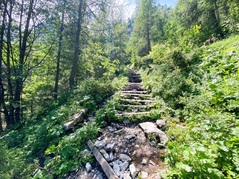 ...und geht über unzählige Stufen nach oben Obstansersee Hütte