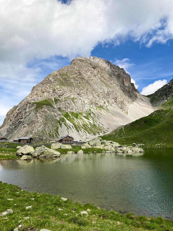 Obstansersee und die hinterliegende Hütte Obstanserseehütte